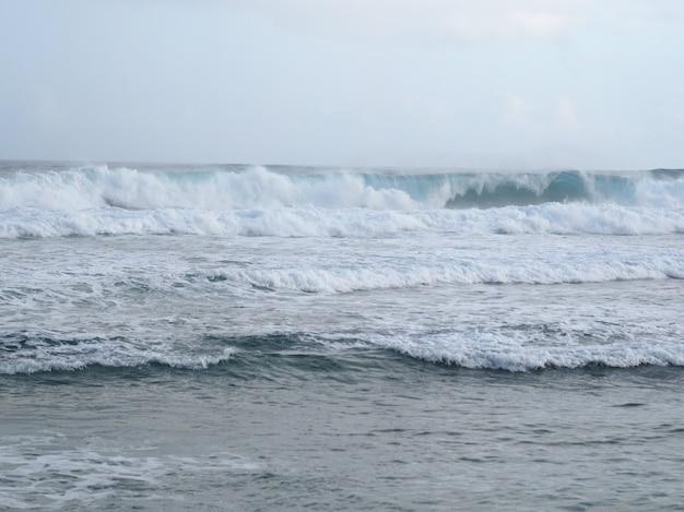 Grande ondata di tempesta sull'oceano atlantico.