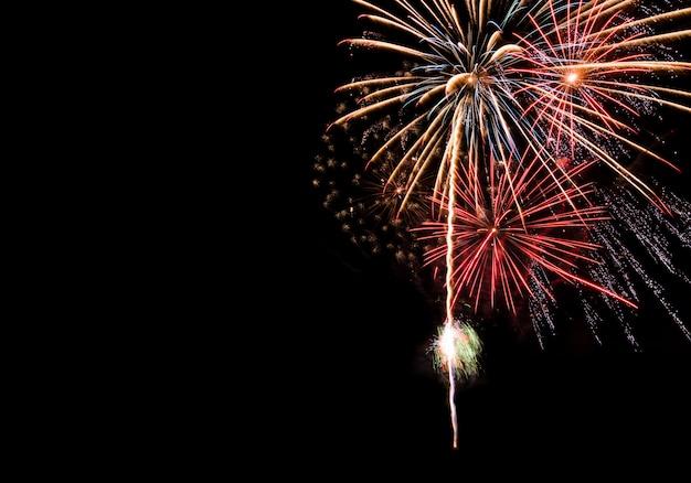 Grande oro rosso e blu fuochi d'artificio sfondo con copia spazio per la celebrazione del nuovo anno
