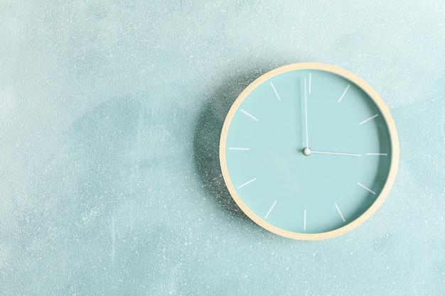 Grande orologio bello appeso sul colore, spazio per il testo