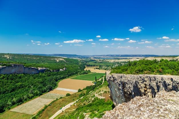 Grande paesaggio. vista dalla cima della montagna.
