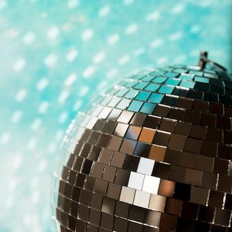 Grande palla da discoteca con luci di festa