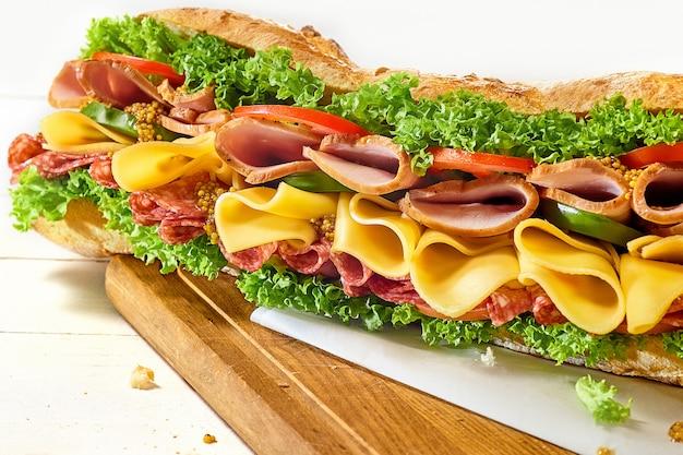 Grande panino saporito su bianco