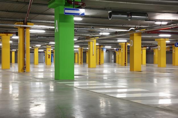 Grande parcheggio sotterraneo vuoto
