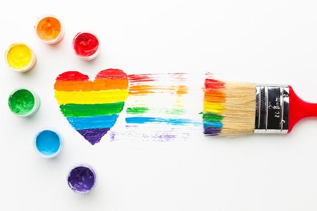 Grande pennello e cuore arcobaleno e tempera