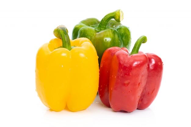 Grande peperone dolce rosso verde e giallo su fondo bianco