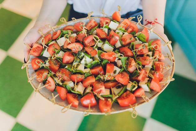 Grande piatto del primo piano con il prezzemolo e il salame del pomodoro del pane fritto canape dello spuntino del servizio.