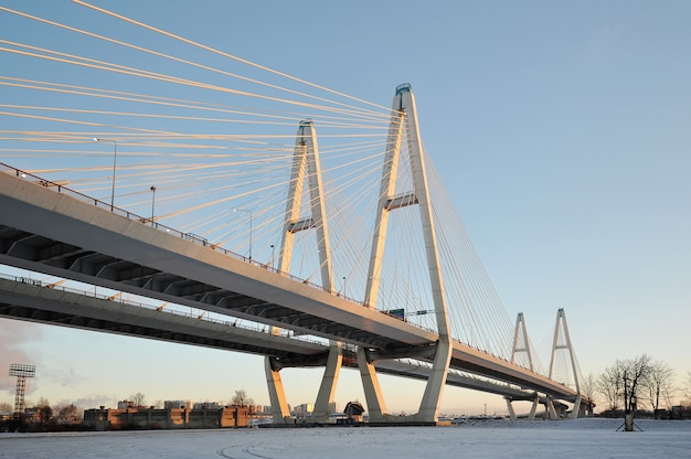 Grande ponte obukhovsky (strallato) sul fiume neva, san pietroburgo, russia