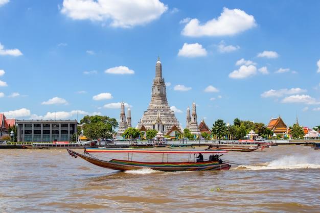 Grande punto di riferimento di wat arun nella città di bangkok, tailandia