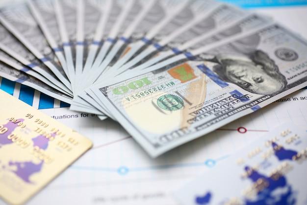 Grande quantità di valuta degli stati uniti sui grafici delle statistiche finanziarie