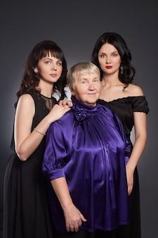 Grande ritratto di famiglia di donne