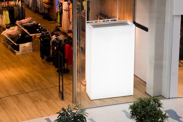 Grande scatola luminosa vuota all'interno del negozio