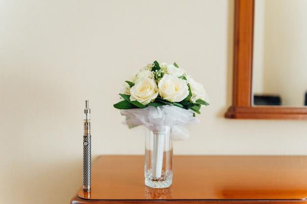 Grande sigaretta elettronica vicino al mazzo di nozze