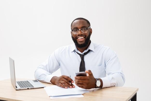Grande sorriso allegro dall'isolato felice del posto di lavoro dell'ufficio esecutivo sopra fondo bianco