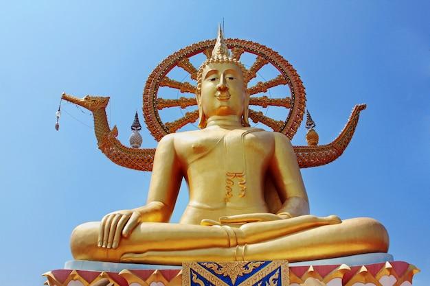 Grande statua del buddha a samui, tailandia