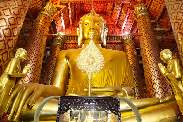 Grande statua dorata del buddha in wat phananchoeng, ayutthaya, tailandia.