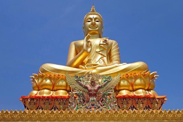 Grande statua dorata del buddha