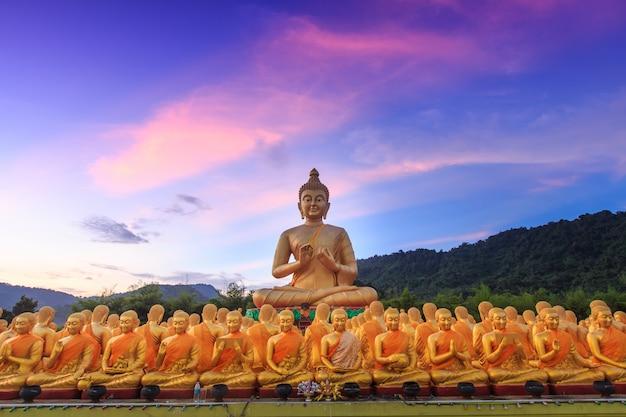 Grande statua dorata di buddha. nakornnayok tailandia.