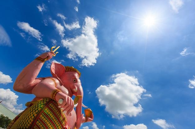 Grande statua rosa di ganesha nella provincia di nakhon nayok del tempio del parco di ganesha, tailandia