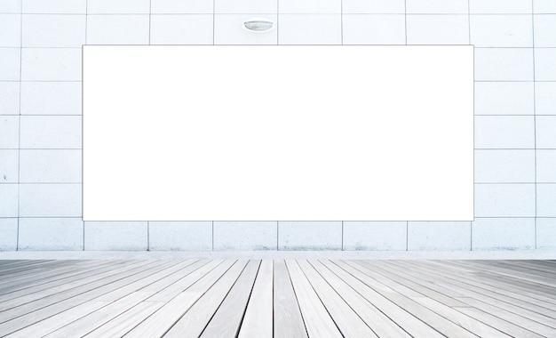 Grande tabellone per le affissioni in bianco all'edificio per uffici. muro d'acciaio