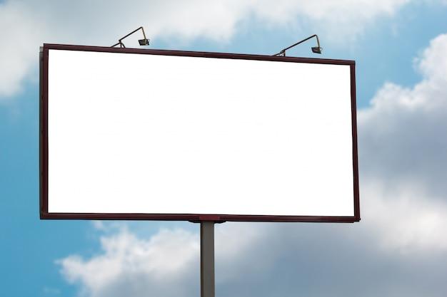 Grande tabellone per le affissioni in bianco derisione in su sulla priorità bassa del cielo blu