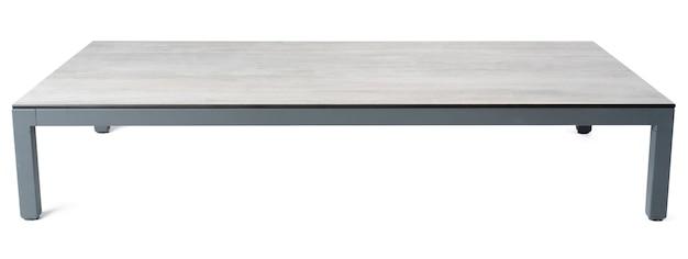 Grande tavolo quadrato su sfondo bianco da vicino