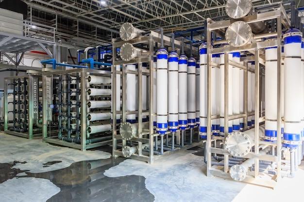 Grande trattamento industriale delle acque e locale caldaia. tubi metallici in acciaio lucido e pompe blu