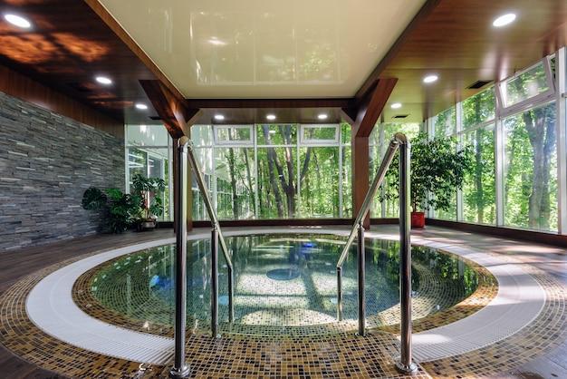 Grande vasca idromassaggio di lusso