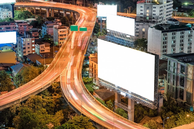 Grandi cartelloni vuoti con traffico su strada sopraelevata