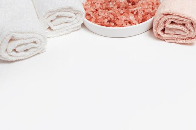 Grandi cristalli di sale rosa per bagno e asciugamani da bagno in cotone arrotolati