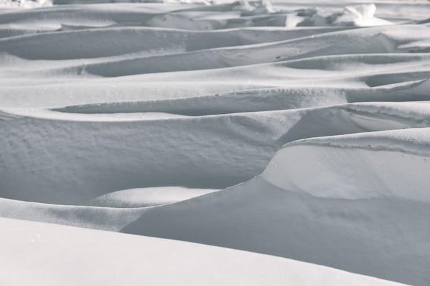 Grandi cumuli di neve profonda nel paesaggio invernale.