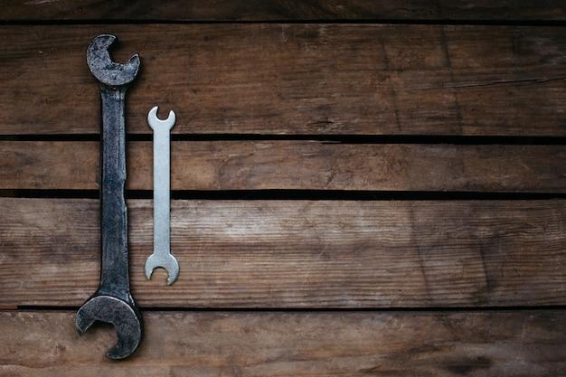 Grandi e piccoli, vecchi e nuovi, due chiavi su fondo in legno, copia spazio