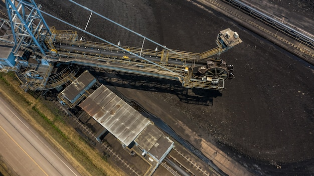 Grandi escavatori gommati del secchio di vista aerea in una miniera della lignite.