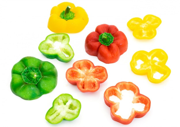 Grandi fette di peperone verde e giallo su sfondo bianco