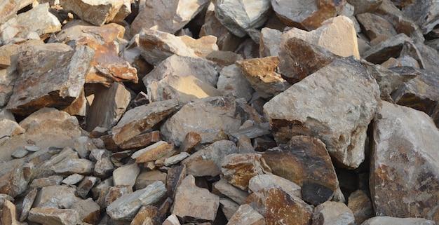 Grandi massi di pietre di granito di varie dimensioni