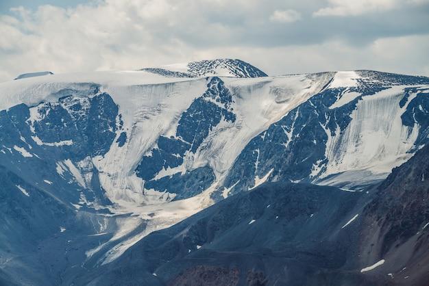 Grandi montagne innevate con ghiacciai
