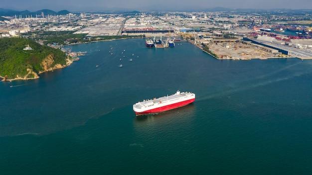 Grandi navi per il trasporto di auto importano esportazione dal mare