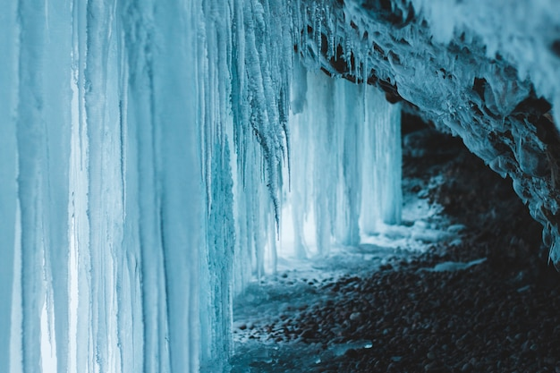 Grandi pareti di ghiaccio bianco in grotta