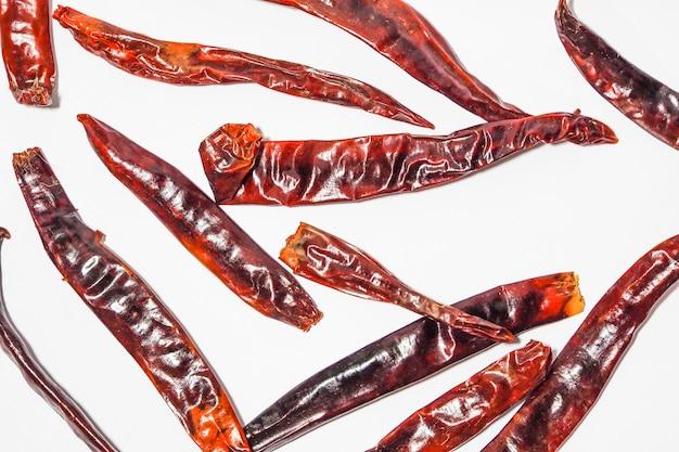 Grandi peperoncini rossi secchi isolati su sfondo bianco