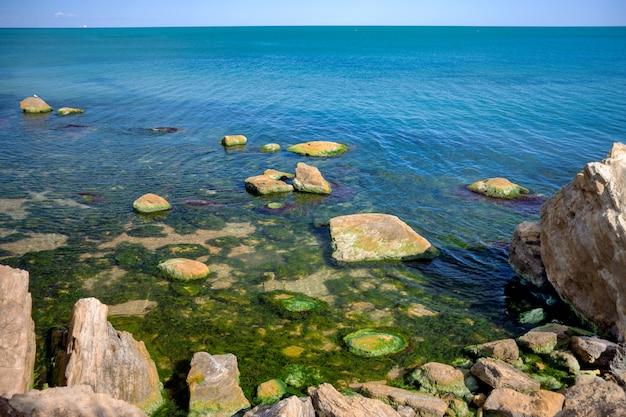 Grandi pietre nell'acqua. inquinamento dell'acqua.