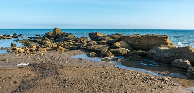 Grandi pietre sul bordo del mar nero