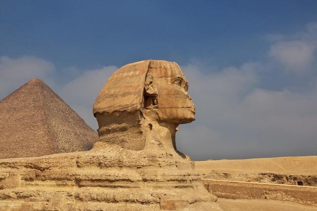 Grandi piramidi dell'antico egitto a giza, al cairo