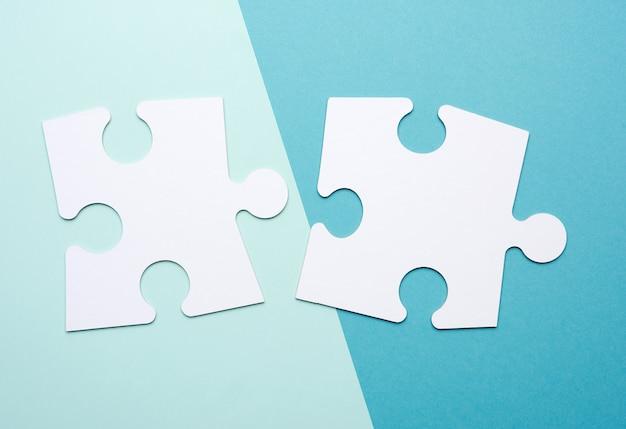 Grandi puzzle bianchi vuoti su una priorità bassa blu. concetto nel mondo degli affari, da vicino