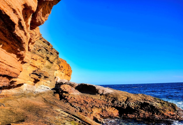 Grandi rocce sul corpo del mare alle isole canarie
