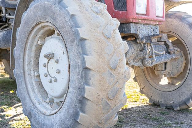 Grandi ruote di un trattore in piedi sul terreno