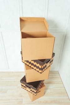 Grandi scatole di cartone in piedi in una stanza