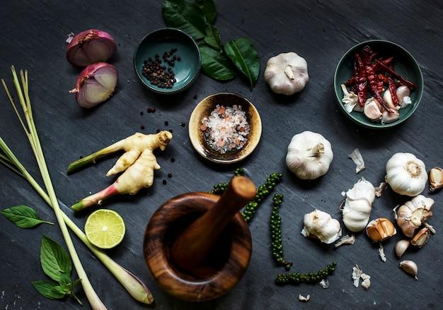 Grani di pepe che cucinano le spezie del condimento