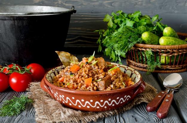 Grano saraceno con carne e verdure