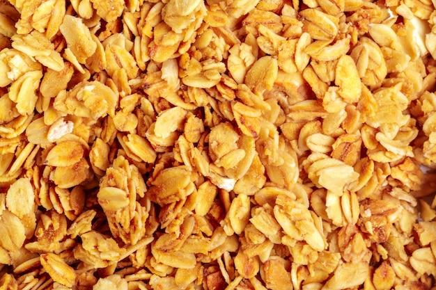 Granola arrostita casalinga sulla superficie dell'alimento di prima colazione dello strato di cottura