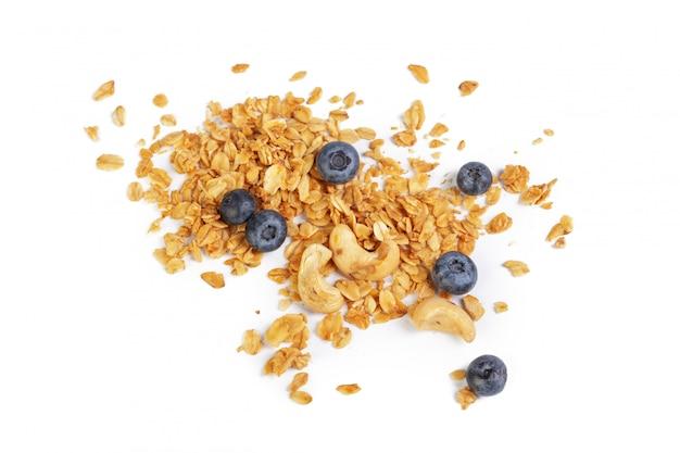 Granola con frutta secca isolato su bianco