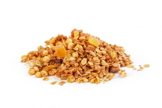 Granola con i frutti secchi isolato su bianco